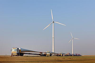 Aufbau eines Windrades - p1099m1526269 von Sabine Vielmo