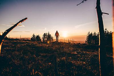 Person steht vor einem Sonnenuntergang, Hornisgrinde - p1455m1528732 von Ingmar Wein