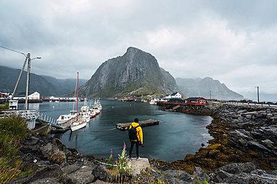 Norway, Lofoten, rear view of man standing at the coast - p300m2042324 by Kike Arnaiz
