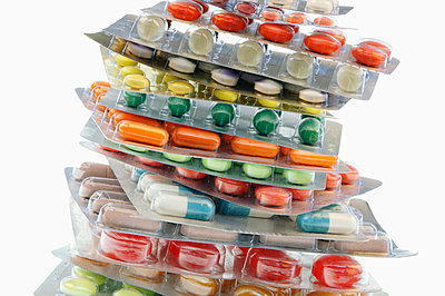 Several tablets and capsules in blister packs, close-up - p300m878068 by Claudia Rehm