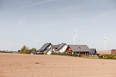 Siedlung und Windpark - p893m2021681 von Thomas Ebert