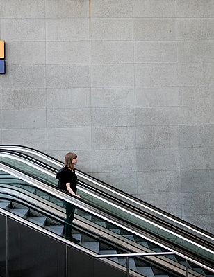Frau auf der Rolltreppe im Bahnhof PP II - p1212m1137084 von harry + lidy