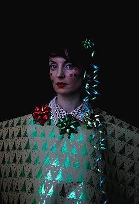 Woman portrait with Christmas decoration - p1521m2141343 by Charlotte Zobel