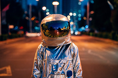 Spaceman on a street in the city at night - p300m2043178 by Vasily Pindyurin