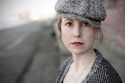 Young woman with flat cap - p342m1003356 by Thorsten Marquardt