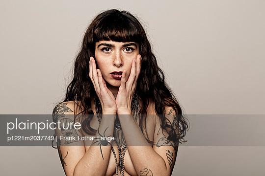 Tätowierte junge Frau  - p1221m2037749 von Frank Lothar Lange