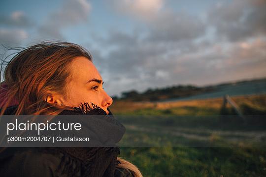 France, Brittany, Landeda, woman in rural landscape at dusk - p300m2004707 von Gustafsson