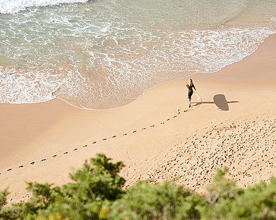 Surferin am Strand - p1124m1112509 von Willing-Holtz