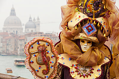 Person in Venetian costume during Venice carnival - p442m883860 by Kav Dadfar