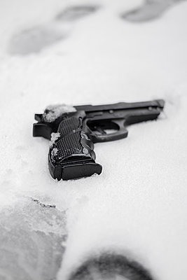 Gun in snow - p1228m1553072 by Benjamin Harte