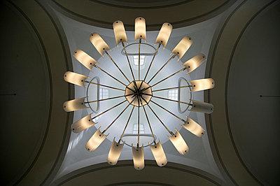 Runder Lampenschirm an Decke - p3880652 von L.B. Jeffries