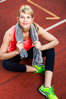 Sportive woman - p904m1031381 by Stefanie Päffgen