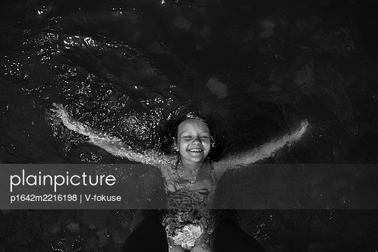 Monochrome portrait of a girl in the water - p1642m2216198 by V-fokuse