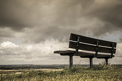 Empty bench - p1228m1161715 by Benjamin Harte