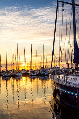 Germany, Kuehlungsborn, marina at sunrise - p300m1228096 by pure.passion.photography