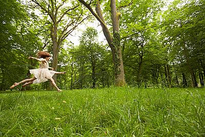 Ballett auf der Wiese - p888m956285 von Johannes Caspersen