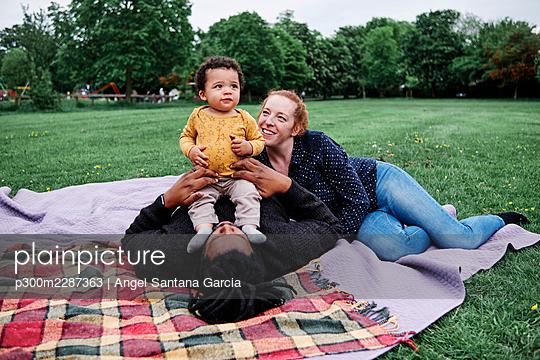 Family in the park. London, England. - p300m2287363 von Angel Santana Garcia
