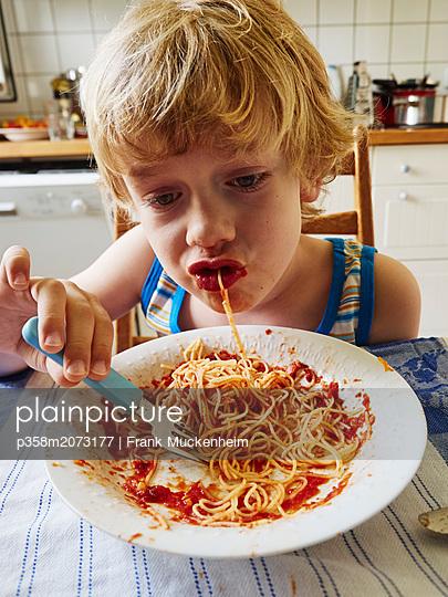 Kleiner Junge isst Spaghetti - p358m2073177 von Frank Muckenheim