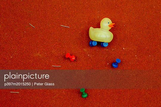 Kleine Plastikente - p397m2015250 von Peter Glass
