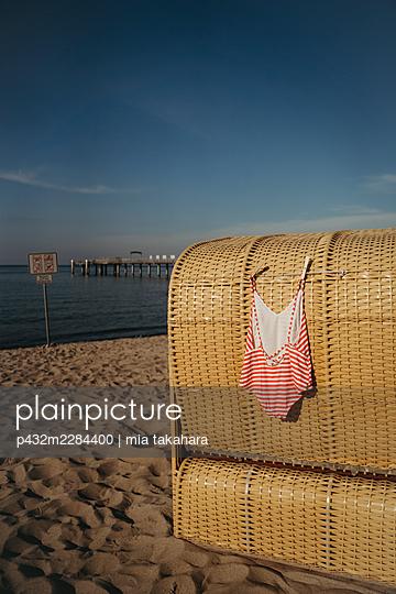 Badeanzug trocknet am Strandkorb - p432m2284400 von mia takahara