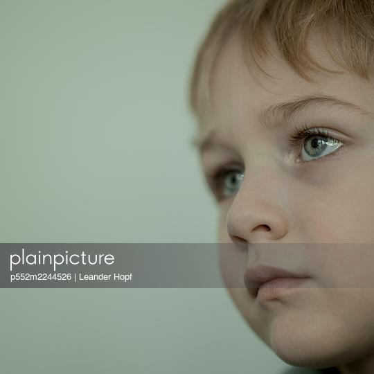 Portrait of blond boy - p552m2244526 by Leander Hopf
