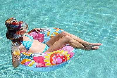 Frau am Pool - p045m912437 von Jasmin Sander