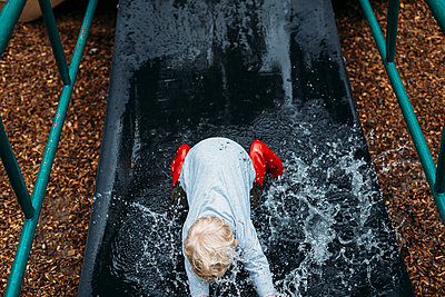 Toddler boy playing in the playground - p1238m1462492 by Amanda Voelker