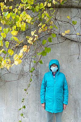 Ältere Frau mit Mundschutz - p1614m2211831 von James Godman