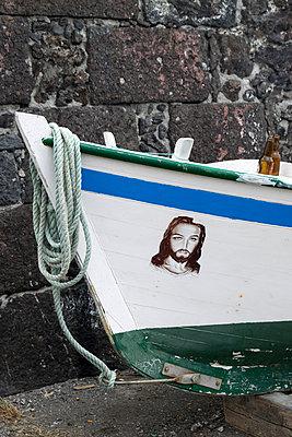 Christusbild auf Fischerboot - p451m1072476 von Anja Weber-Decker