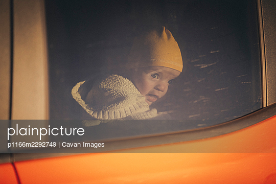 A baby is looking through a car window, Monument Valley, Arizona - p1166m2292749 by Cavan Images