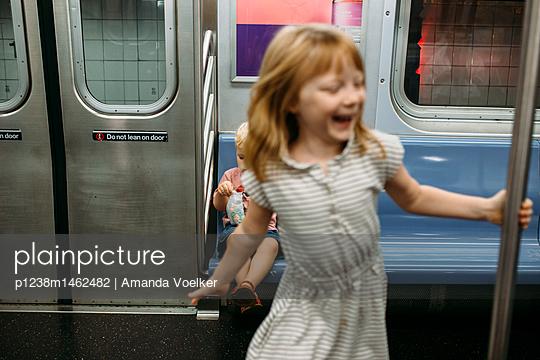 Zwei Kinder in der U-Bahn - p1238m1462482 von Amanda Voelker