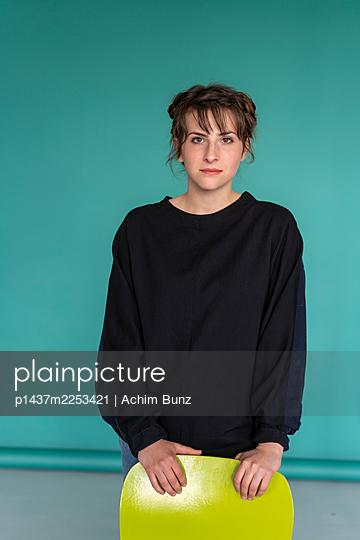 Junge Frau mit braunen Haaren - p1437m2253421 von Achim Bunz