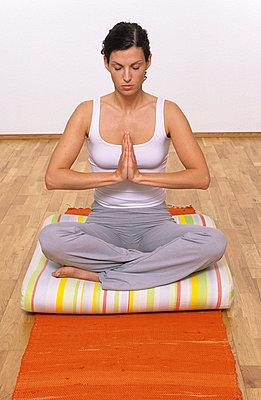Frau beim Meditieren - p2200578 von Kai Jabs