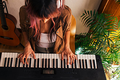 Woman composing at home. Madrid, Spain - p300m2290495 von Elena Helade