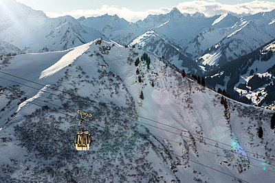Austria, Vorarlberg, Riezlern, Mountainscape with cable car in winter - p300m930050f by Martin Bühler