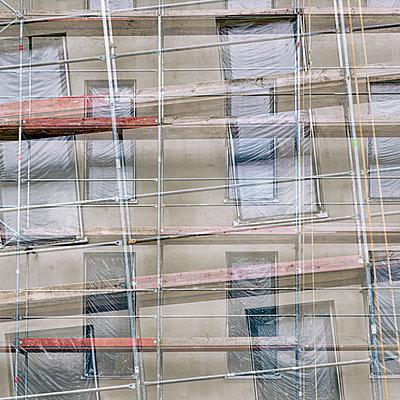 Baustellenfassade - p401m2176264 von Frank Baquet