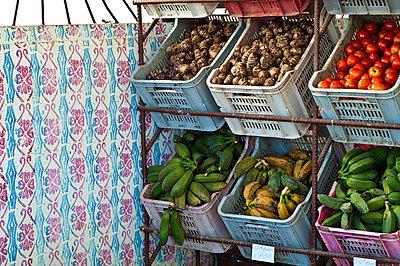 Obst und Gemüse in Kisten, Havanna, Kuba - p473m997448f von Stock4B