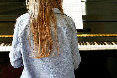 Klavier spielen - p896m835060 von Richard Brocken