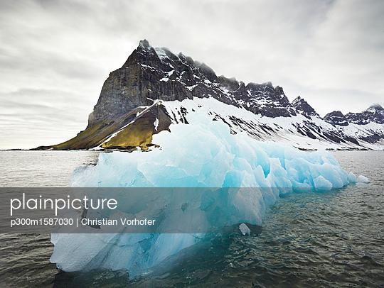 Norway, Spitsbergen, Prins Karls Forland, iceberg - p300m1587030 von Christian Vorhofer