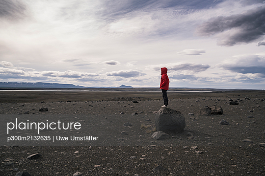 Young woman standing on a rock in the volcanic highlands of Iceland - p300m2132635 by Uwe Umstätter