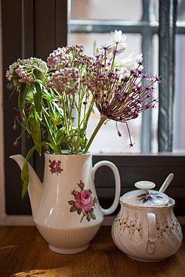 Kaffee-Service mit Blumen - p045m1589069 von Jasmin Sander