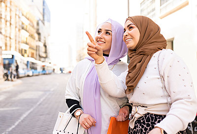 two modern arab women, shopping in the city Madrid / Spain - p300m2275173 von Jose Carlos Ichiro