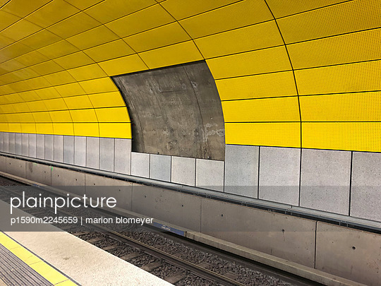 Yellow wall tiles, subway station, Sendlinger Tor, Munich - p1590m2245659 by marion blomeyer