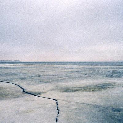 Ostsee bei Stralsund, Eisflaeche - p627m1035996 von Fred Hüning