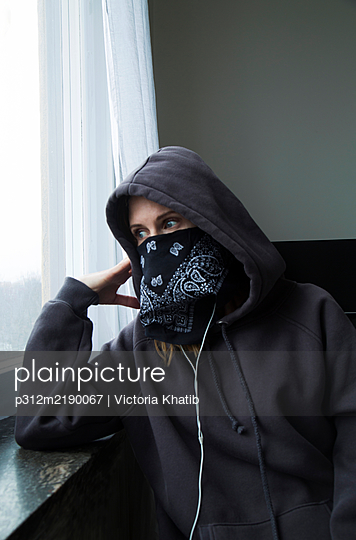 Woman wearing bandana over her face - p312m2190067 by Victoria Khatib