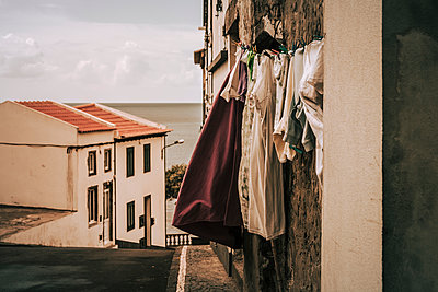 Wäsche zum Trocknen aufgehängt - p1255m1152841 von Kati Kalkamo