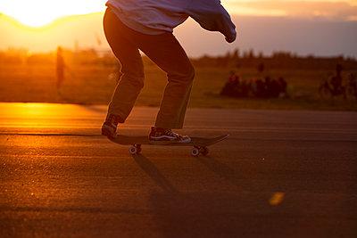 Skateboarden bei Sonnenuntergang - p1650m2231582 von Hanna Sachau