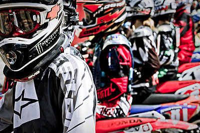 Motocross riders at the start - p416m1057027 by Andy Fox