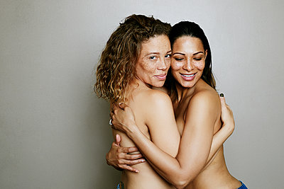 Close up of mixed race women hugging - p555m1523154 by Peathegee Inc