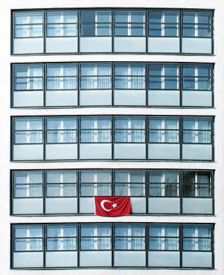 tuerkische fahne an wohnhaus - p627m671237 by Julius Steffens